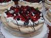Tort bezowy z świeżymi owocami